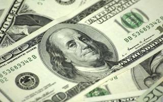 Купюра 100 долларов – кто на ней изображен и какие она имеет признаки подлинности?